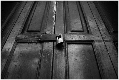 la puerta negra1 ¿Morir clavado por flechas o abrir la puerta negra?